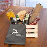 Kärntner Holzkiste mit individuell bestickten Produkten
