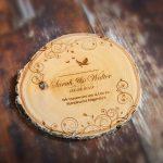 Holzscheibe mit eingravierter Hochzeitseinladung