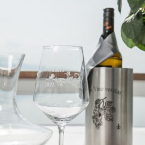 Weinglas mit langlebiger und nachhaltiger Lasergravur